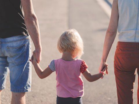 Niña y padres paseando artículo LMT Una oportunidad que no se va a repetir