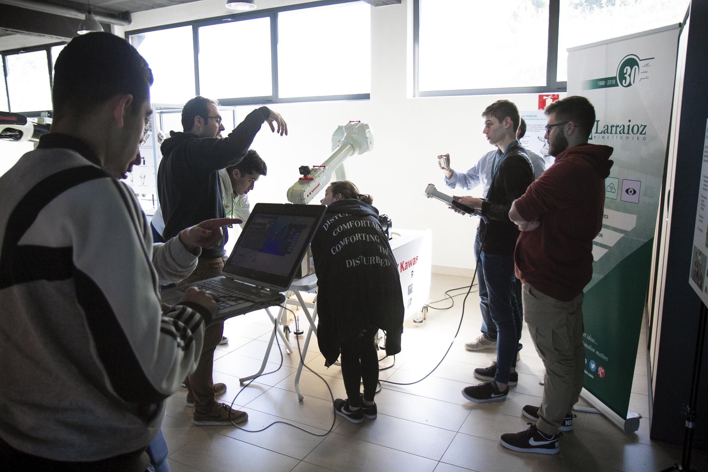 Curso de capacitación Larraioz y alumnos Instituto Huergo trabajando en equipo