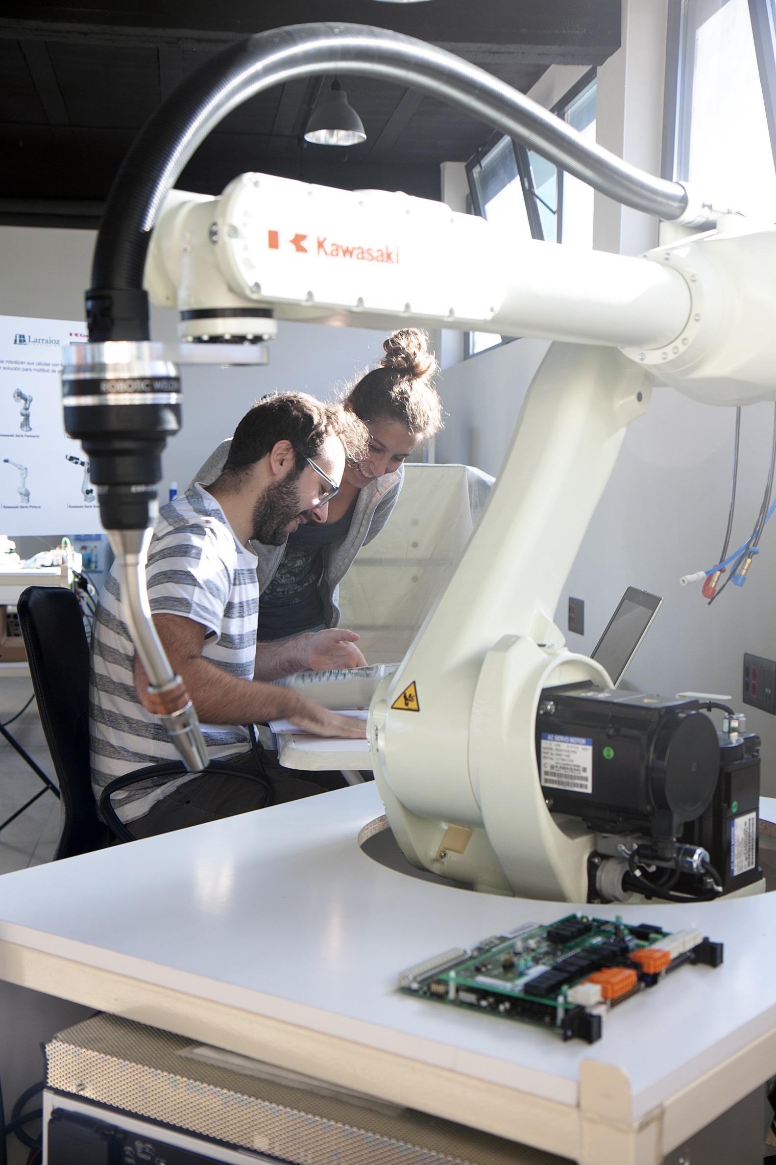 ainara y óliver prácticas en larraioz elektronika trabajando